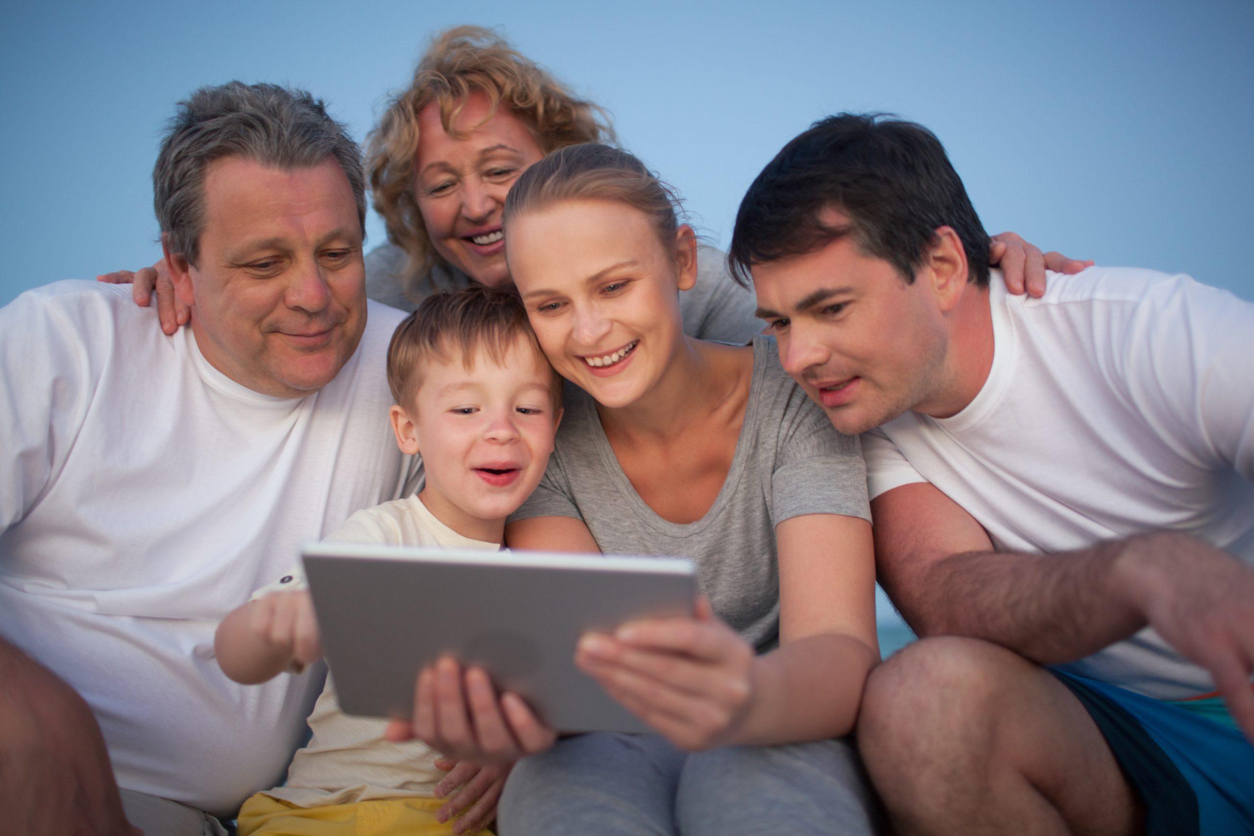 O mijn hemel ik ken geen enkele familie die zo overdreven met z'n allen naar een iPad zit te kijken hou alsjeblieft op met me